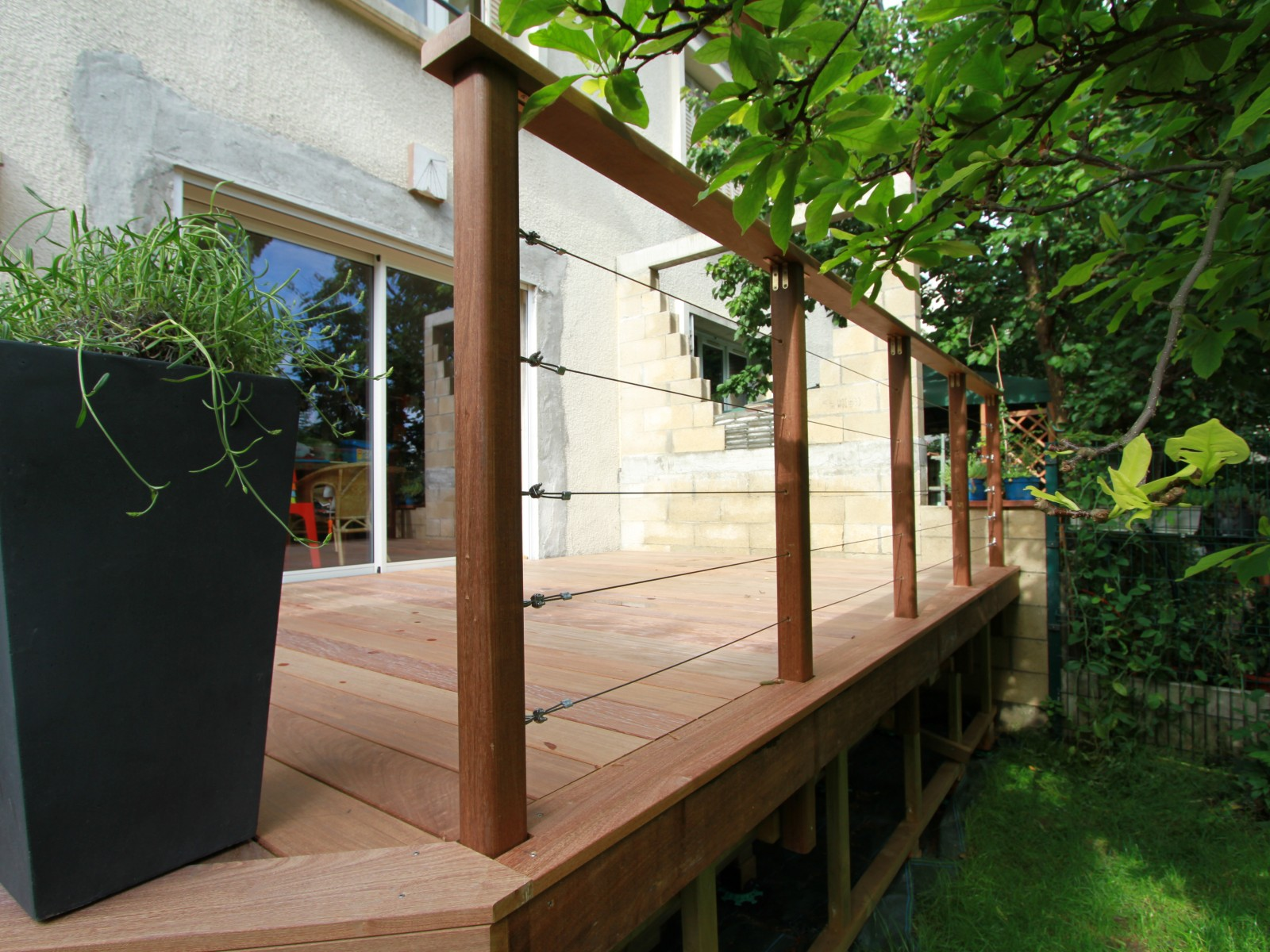 sur ma terrasse terrasse sur lev e et son garde corps. Black Bedroom Furniture Sets. Home Design Ideas